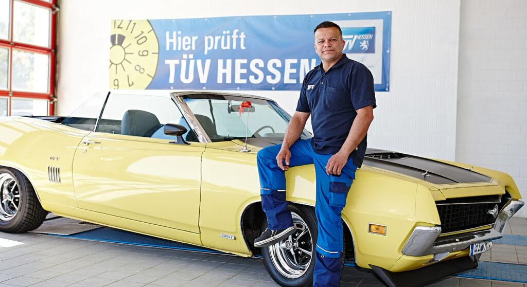 Anghelos Voltis, Geschäftsführer des ISV Giessen sitzt im Prüfraum auf einem Oldtimer